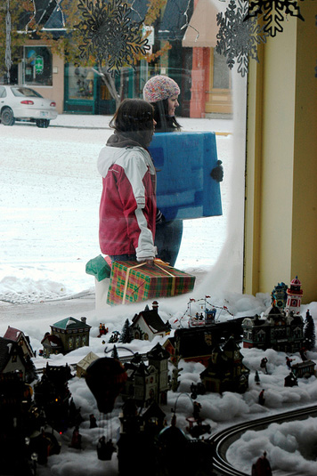 holiday shopping trends for small businesses; window shopping